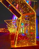 MOSCA, RUSSIA - DICEMBRE 2017: Nuovo anno 2018 e decorazione del ` s del nuovo anno di Natale di una via sotto forma di tunnel de Fotografia Stock