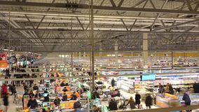 MOSCA, RUSSIA - 25 DICEMBRE, 2016 Supermercato a catena Globus dell'internazionale Colpo lungo di esposizione di area di controll Fotografie Stock Libere da Diritti