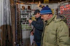 Mosca, Russia - 25 febbraio 2017: I compratori scelgono le canne da pesca e il takle sulla mostra speciale in Russia, VDNKh Fotografia Stock