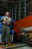 Mosca, Russia - 25 febbraio 2017: Il pescatore professionista fa i wobblers e le attrezzature di una presentazione sulla pesca mo Fotografia Stock