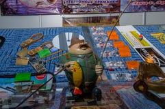 Mosca, Russia - 25 febbraio 2017: Mascotte-pescatore su una vetrina con le attrezzature per la pesca Immagini Stock