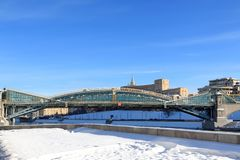 Mosca, Russia - 14 febbraio 2019: Ponte pedonale di Bogdan Khmelnitsky ed argine innevato fotografie stock
