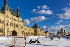 MOSCA, RUSSIA - 27 FEBBRAIO 2016: Vista di inverno sul quadrato rosso con la pista di pattinaggio del pattino e della GOMMA in cu Fotografie Stock
