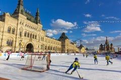 MOSCA, RUSSIA - 27 FEBBRAIO 2016: Vista di inverno sul quadrato rosso con la pista di pattinaggio del pattino e della GOMMA in cu Immagini Stock Libere da Diritti
