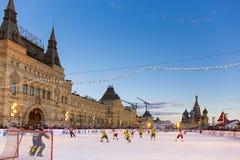 MOSCA, RUSSIA - 27 FEBBRAIO 2016: Vista di inverno sul quadrato rosso con la pista di pattinaggio del pattino e della GOMMA in cu Fotografia Stock