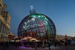 MOSCA, RUSSIA - 10 gennaio 2016 Grande palla a rete di Natale al quadrato di Manege a Mosca Fotografia Stock Libera da Diritti