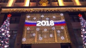 MOSCA, RUSSIA - 2 GENNAIO 2018 Il corpo legislativo russo la facciata di duma o di Gosduma di stato ha decorato per il nuovo anno Fotografia Stock
