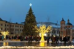 Mosca, Russia - 5 gennaio 2018: L'albero di Natale e gli ornamenti nello Zaryadye parcheggiano con la gente di camminata durante  Fotografia Stock Libera da Diritti