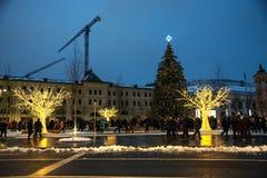Mosca, Russia - 5 gennaio 2018: L'albero di Natale e gli ornamenti nello Zaryadye parcheggiano con la gente di camminata durante  Fotografia Stock