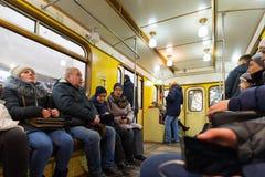 MOSCA, RUSSIA - 10 gennaio 2018 La gente in vecchio treno dei periodi dell'URSS alla stazione della metropolitana di Okhotny Ryad immagini stock