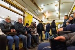 MOSCA, RUSSIA - 10 gennaio 2018 La gente in vecchio treno dei periodi dell'URSS alla stazione della metropolitana di Okhotny Ryad fotografia stock