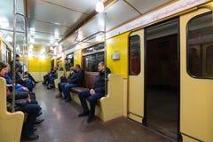 MOSCA, RUSSIA - 10 gennaio 2018 La gente in vecchio treno dei periodi dell'URSS alla stazione della metropolitana di Okhotny Ryad fotografie stock libere da diritti