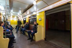 MOSCA, RUSSIA - 10 gennaio 2018 La gente in vecchio treno dei periodi dell'URSS alla stazione della metropolitana di Okhotny Ryad immagini stock libere da diritti