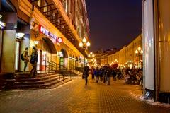 MOSCA, RUSSIA - GENNAIO 2016: La via popolare di Arbat a Mosca nella sera fotografie stock