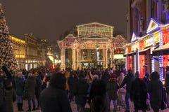 Mosca, Russia - 2 gennaio 2019 passeggiate di festa dei moscoviti e degli ospiti durante il festival di Natale fotografia stock libera da diritti