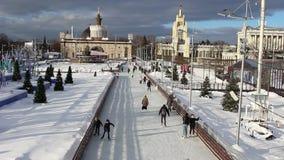 MOSCA, RUSSIA - 20 gennaio 2017: Pista di pattinaggio sul parco di VDNKh archivi video