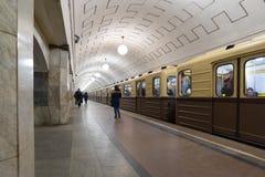 MOSCA, RUSSIA - 10 gennaio 2018 Vecchio treno dei periodi dell'URSS alla stazione della metropolitana di Okhotny Ryad fotografie stock