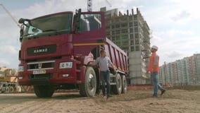 Mosca, Russia - giugno 2018: Architetti che stringono mano al cantiere scena Il driver di KAMAZ stringe le mani con archivi video