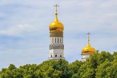 Mosca, Russia - 21 giugno 2018: Cupole dorate delle cattedrali sul territorio del Cremlino di Mosca contro gli alberi ed il cielo immagine stock libera da diritti