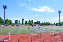 Mosca, Russia, giugno 2018: lo stadio di football americano di foo con i proiettori e la tribuna nella città parcheggiano l'edito fotografie stock libere da diritti