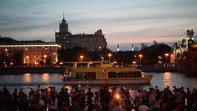 Mosca, Russia 29 giugno 2018: Notte di estate calda nel parco di Gorkij durante la FIFA 2018 La gente balla vicino al fiume di Mo video d archivio