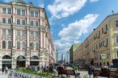 Mosca, Russia - 2 giugno 2016 Via di Myasnitskaya - una via nel centro storico della città Fotografia Stock