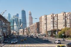 Mosca, Russia - 09 21 2015 Grande vista della via di Dorogomilovskaya della città di Mosca del centro di affari Immagini Stock Libere da Diritti