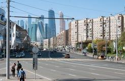 Mosca, Russia - 09 21 2015 Grande vista della via di Dorogomilovskaya della città di Mosca del centro di affari Immagine Stock Libera da Diritti