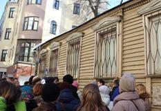 Mosca, Russia, il 24 marzo 2018, gruppo di persone di A sta con le loro parti posteriori alla macchina fotografica Fotografia Stock