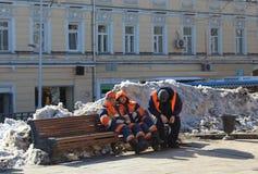 Mosca, Russia, il 24 marzo 2018, lavoratori si siede su un banco Immagini Stock