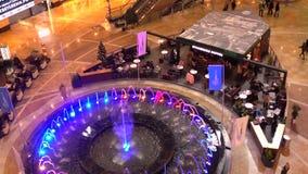 MOSCA, RUSSIA - IL 25 NOVEMBRE, Caffè del caffè di Starbucks vicino alla grande fontana nel video del centro commerciale 4K stock footage