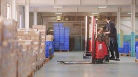 MOSCA RUSSIA - Jule 17: Il caricatore del carrello elevatore sta muovendo il carico in magazzino logistico video d archivio
