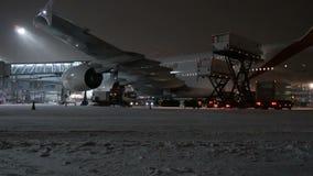 MOSCA, RUSSIA, L'11 NOVEMBRE 2016: Emirati A380 di linea aerea Airbus ottiene i pasti a bordo all'aeroporto di Domodedovo video d archivio