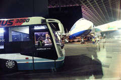 Mosca, RUSSIA - 27 luglio: I passeggeri del bus pilotati gli aerei si incontra in Domodedovo il 27 luglio 2014 Fotografia Stock