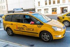 MOSCA, RUSSIA - 24 luglio 2017 La società Yandex del taxi va sulla via di Mira del prospekt fotografia stock libera da diritti