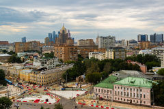 Mosca, Russia - 25 luglio 2017 Paesaggio della città del centro urbano con le vecchie e nuove case Immagine Stock
