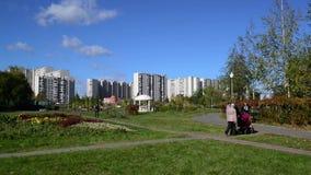 Mosca, Russia - 18 luglio 2016 Paesaggio della città del distretto Zelenograd archivi video