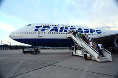 Mosca, RUSSIA - 28 luglio: Passeggeri che si imbarcano su un aereo il 28 luglio 2014 Fotografia Stock Libera da Diritti