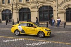 Mosca, Russia 5 luglio 2019 Società Yandex del taxi sulla via fotografie stock