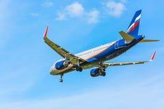 Mosca, Russia - maggio 2018: Airbus A-320 V Komarov di atterraggio russo di Skyteam Alliance di linee aeree di Aeroflot al intern Fotografie Stock Libere da Diritti