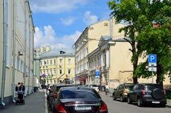 Mosca, Russia, maggio, 19, 2017 Automobili nel vicolo di Bolshoy Kozlovsky a Mosca Fotografia Stock
