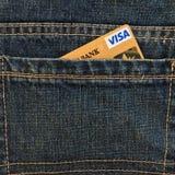MOSCA, RUSSIA - 24 MAGGIO 2018: Carta di credito dell'oro di visto in tasca blu dei jeans del denim Immagine Stock