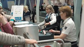 Mosca, Russia - 6 maggio 2019: Due personale di sicurezza aeroportuale femminili che controllano identificazione ad una registraz stock footage