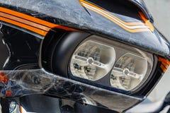 Mosca, Russia - 4 maggio 2019: Fari e schermo antivento con airbrushing del primo piano del motociclo di Harley Davidson Moto fotografia stock libera da diritti