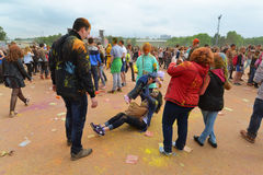 MOSCA, RUSSIA - 23 MAGGIO 2015: Festival dei colori Holi nello stadio di Luzhniki Le radici di questo fest sono in India, in cui  Immagine Stock Libera da Diritti