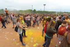 MOSCA, RUSSIA - 23 MAGGIO 2015: Festival dei colori Holi nello stadio di Luzhniki Le radici di questo fest sono in India, in cui  Fotografie Stock Libere da Diritti