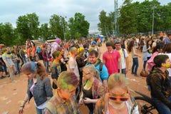 MOSCA, RUSSIA - 23 MAGGIO 2015: Festival dei colori Holi nello stadio di Luzhniki Le radici di questo fest sono in India, in cui  Immagini Stock