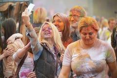 MOSCA, RUSSIA - 23 MAGGIO 2015: Festival dei colori Holi nello stadio di Luzhniki Le radici di questo fest sono in India, in cui  Fotografie Stock