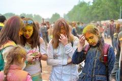 MOSCA, RUSSIA - 23 MAGGIO 2015: Festival dei colori Holi nello stadio di Luzhniki Le radici di questo fest sono in India, in cui  Immagini Stock Libere da Diritti