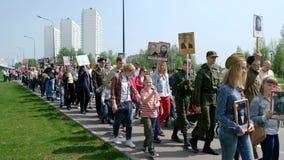 Mosca, Russia - 9 MAGGIO 2019: La celebrazione di Victory Day a Mosca - parata immortale del reggimento su nono maggio archivi video